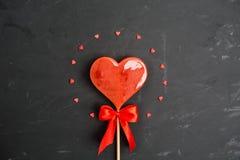 Concept de jour du ` s de Valentine avec le coeur doux de sucrerie au centre et au sma Images libres de droits