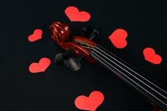 Concept de jour du ` s de Valentine avec le violon et les coeurs rouges Images stock