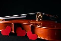 Concept de jour du ` s de Valentine avec le violon et les coeurs rouges Photos libres de droits