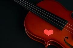 Concept de jour du ` s de Valentine avec le violon et les coeurs rouges Image stock