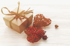 Concept de jour du ` s de Valentine boîte élégante de présent de métier et coeur rouge Photo libre de droits