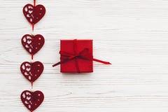 Concept de jour du ` s de Valentine coeurs rouges élégants avec le cadeau sur r blanc Image stock