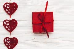 Concept de jour du ` s de Valentine coeurs rouges élégants avec le cadeau sur r blanc Photographie stock