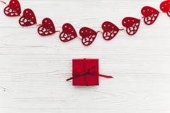 Concept de jour du ` s de Valentine coeurs rouges élégants avec le cadeau sur r blanc Image libre de droits