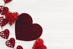 Concept de jour du ` s de Valentine coeurs rouges élégants avec le cadeau sur r blanc Photo stock