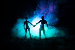 Concept de jour du ` s de Valentine d'amour Sillhouette de jeunes couples doux dans l'amour se tenant dans le domaine et étreigna Photographie stock libre de droits