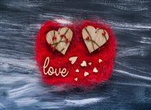 Concept de jour du ` s de Valentine, inscription en bois d'amour et coeurs sur une texture rouge sur un fond foncé, lumière natur Images libres de droits
