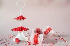 Concept de jour du ` s de Valentine Le plateau à deux niveaux blanc de portion complètement du bonbon multicolore arrose des coeu Photographie stock