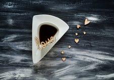 Concept de jour du ` s de Valentine, tasse triangulaire blanche et coeur en bois sur le fond bleu, lumière naturelle, l'espace po Photos stock