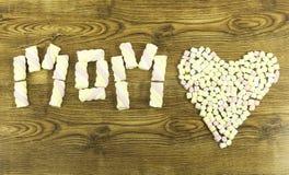 Concept de jour de mères Écrit le texte : MAMAN sur le fond en bois Photo libre de droits