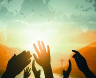 Concept de jour de religion du monde : Deux mains vides ouvertes humaines vers le haut de fond image stock