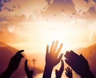Concept de jour de religion du monde : Deux mains vides ouvertes humaines vers le haut de fond photos libres de droits