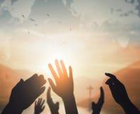 Concept de jour de religion du monde : Deux mains vides ouvertes humaines vers le haut de fond photographie stock libre de droits