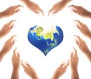 Concept de jour de santé du monde : Mains faisant une forme de coeur sur le fond blanc images stock