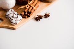 Concept de jour de valentines : Les biscuits dans la forme de coeur symbolisent l'amour décorés du verre de thé Une vieille tasse Photographie stock libre de droits