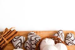Concept de jour de valentines : Les biscuits dans la forme de coeur symbolisent l'amour décorés du verre de thé Une vieille tasse Photo stock