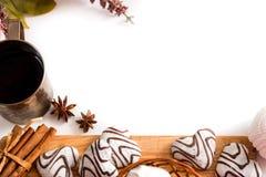Concept de jour de valentines : Les biscuits dans la forme de coeur symbolisent l'amour décorés du verre de thé Une vieille tasse Image libre de droits