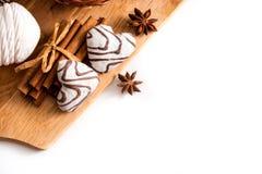 Concept de jour de valentines : Les biscuits dans la forme de coeur symbolisent l'amour décorés du verre de thé Une vieille tasse Image stock