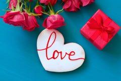 Concept de jour de valentines de St Les roses rouges et le boîte-cadeau et le pain d'épice frais avec l'inscription aiment sur la Image stock