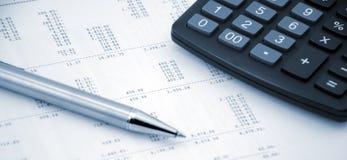 Concept de journalisation Stylo et calculatrice sur un fond de nombres Images stock