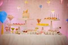 Concept de joyeux anniversaire de table avec plein de la sucrerie et du gâteau doux image libre de droits