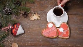 Concept de Joyeux Noël et de bonne année Les biscuits, les branches d'arbre de sapin et les jouets en forme de coeur de Noël sont banque de vidéos
