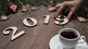 Concept de Joyeux Noël et de bonne année Les symboles d'année de Ney ont mis sur le fond en bois ainsi qu'une tasse de café clips vidéos