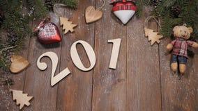 Concept 2019 de Joyeux Noël et de bonne année 2018 symboles en bois placés sur le fond avec des branches de pin et clips vidéos