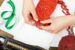 Concept de knit de fille d'enfant, de plan rapproché de main, fait main et de travail manuel Photos stock
