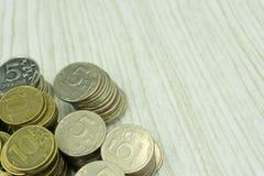 Concept de l'économie d'argent, financier Ayez l'espace pour écrire le texte Les pièces de monnaie sont placées sur un plancher e Photo stock