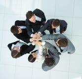Concept de l'équipe gagnante équipe heureuse d'affaires soulevant leur a Photographie stock libre de droits