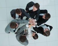 Concept de l'équipe gagnante équipe heureuse d'affaires soulevant leur a Photographie stock
