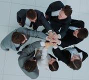 Concept de l'équipe gagnante équipe heureuse d'affaires soulevant leur a Images stock