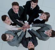 Concept de l'équipe position en cercle des affaires amicales t Image libre de droits