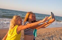 Concept de l'amitié, amusement pendant l'été avec nouveau Photo stock