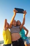 Concept de l'amitié, amusement pendant l'été avec nouveau Photo libre de droits