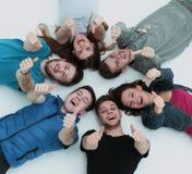 Concept de l'amitié et du succès - équipe heureuse d'étudiant se trouvant dedans Photo libre de droits