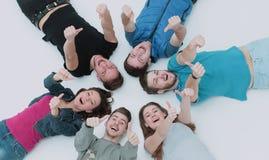 Concept de l'amitié et du succès - équipe heureuse d'étudiant se trouvant dedans Image stock