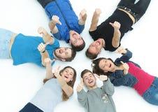 Concept de l'amitié et du succès - équipe heureuse d'étudiant se trouvant dedans Image libre de droits