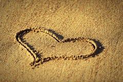 Concept de l'amour.  coeur dans le sable Photos stock