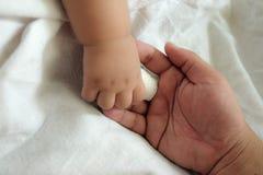 Concept de l'amour et de la famille doigt de main de blessure Photo libre de droits