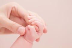 Concept de l'amour et de la famille Mains de mère et de chéri Photographie stock
