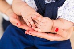 Concept de l'amour et de la famille mains de plan rapproché de mère et de bébé Images stock