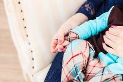 Concept de l'amour et de la famille mains de plan rapproché de mère et de bébé Photo stock