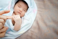 Concept de l'amour et du Lien de parenté : fermez-vous vers le haut de l'Asiatique nouveau-né Image libre de droits