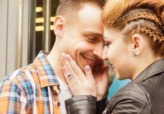Concept de l'amour : portrait de jeunes couples affectueux Photos libres de droits