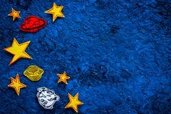 Concept de l'espace Étoiles tirées, planètes, asteroïdes sur l'espace bleu de copie de vue supérieure de fond d'espace extra-atmo Photo stock
