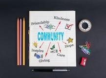 Concept de la Communauté Sur un cahier noir de fond, des crayons, un stylo, un ruban adhésif et des trombones Photographie stock libre de droits