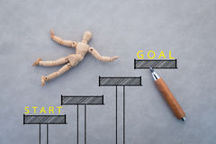 Concept de la concurrence avec le chiffre en bois marchant avec la corde Image stock