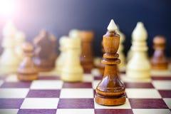 Concept de la direction, succès, motivation Pièces d'échecs sur le panneau Image stock